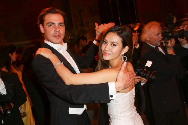 30 novembre 2014-bal-des-debutantes_11 Emilion de Roquefeuil danse avec Melle Emilia Lam de Hongkong