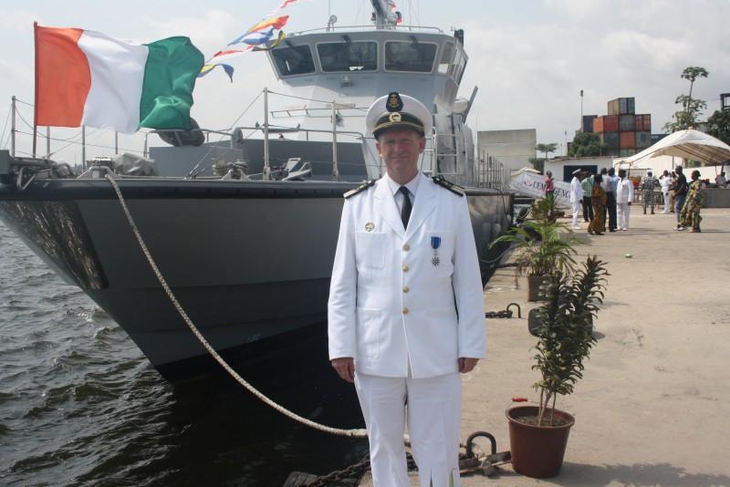 le Capitaine de frégate de Roquefeuil en uniforme de la Marine Ivoirienne