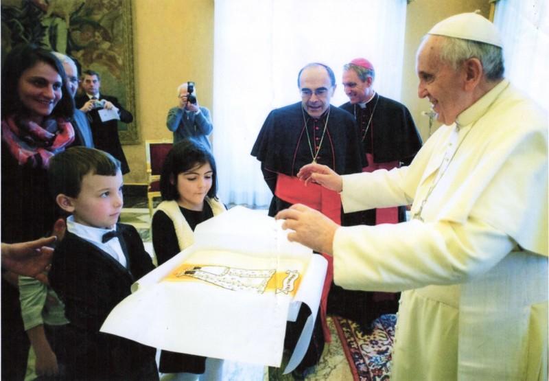 La chasuble conçue par Bérengère de Roquefeuil est présentée au Pape